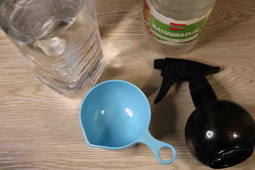 Azijn, water en plantenspuit