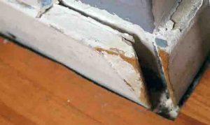 Een voorbeeld van een plint waar je bij het stofzuigen extra aandacht aan moet besteden. Wil je van vlooien afkomen, dan moet je erg grondig stofzuigen.