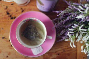 Lavendel is veelzijdig en makkelijk inzetbaar. Met lavendel ga je vlooien op een natuurlijke manier te lijf.