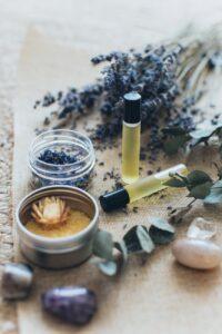 Foto van 2 busjes essentiële olie van lavendel