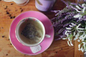 Foto van een kop lavendelthee