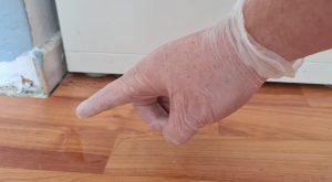 Foto van iemand die handschoenen draagt