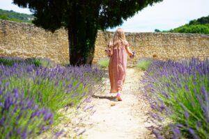 Foto van een meisje in een veld met lavendel