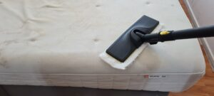 Foto van het reinigen van een matras met een stoomreiniger