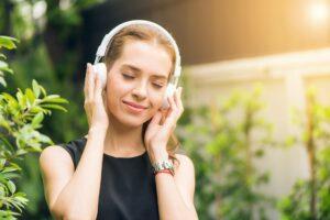 Foto van vrouw die naar een koptelefoon luistert