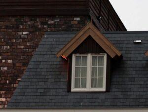 Foto van een dak met zolder en raam