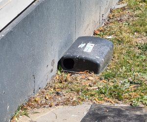 Een foto van een muizenlokdoos naast een flat.