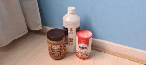 Een foto van de benodigdheden voor zelfgemaakte muizengif: chloor, pindakaas en poedersuiker.
