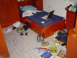 Foto van een zeer rommelige slaapkamer.
