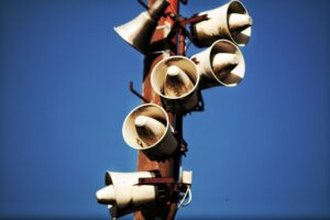 Foto van luidsprekers die geluid uit kunnen zenden.