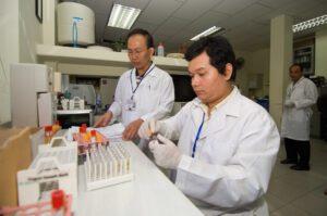 Foto van wetenschappers die onderzoek doen naar insecticiden