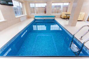 Foto van een zwembad met chloorwater